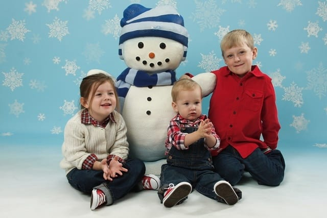 kids-with-snowman