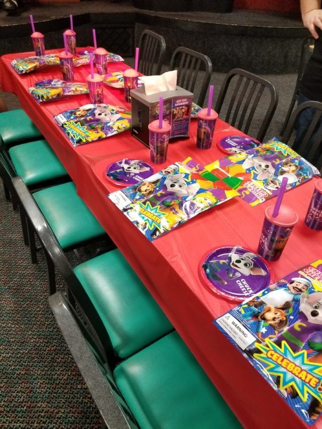 chuck e cheese birthday table